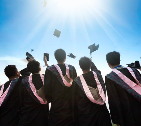 朝の太陽に直面する卒業生 写真素材