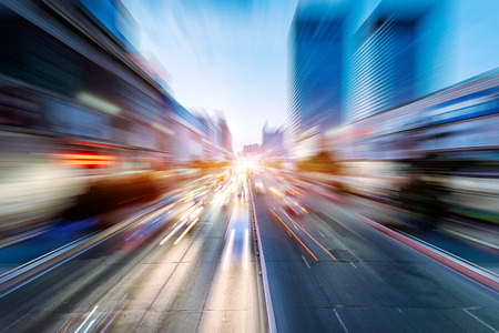 medio ambiente: los coches en la carretera con el desenfoque de movimiento
