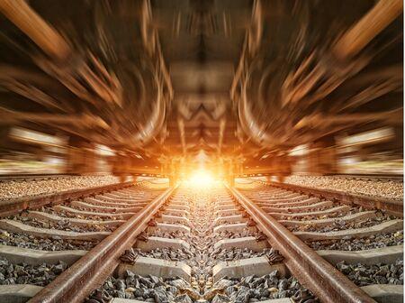 estacion de tren: Cargo plataforma del tren al atardecer con contenedor Foto de archivo