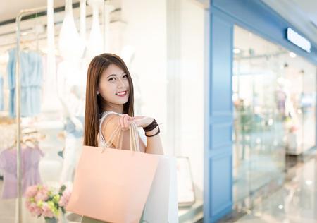 meisje winkelen bij luxe winkelcentrum in Kowloon shanghai china
