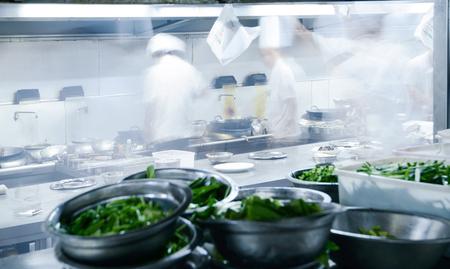 Motion chefs de una cocina de restaurante Foto de archivo - 77568698