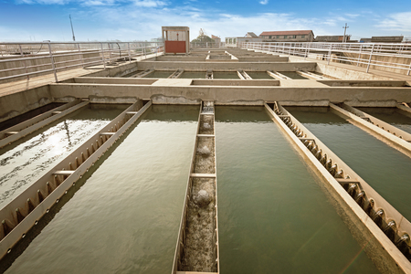 filtración: Modern urban wastewater treatment plant.