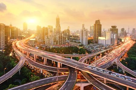 上海の高架道路のジャンクションやインターチェンジの高架夜