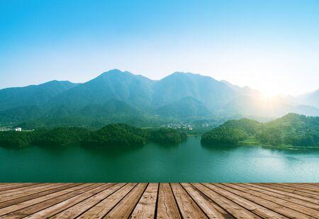山、湖、早朝の霧