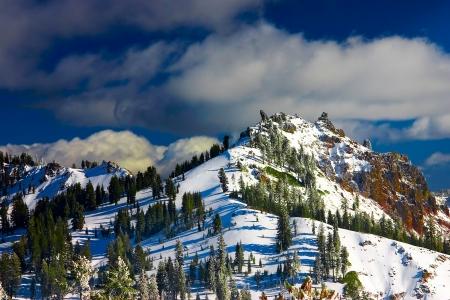 冬にラッセン火山公園内の山の尾根。
