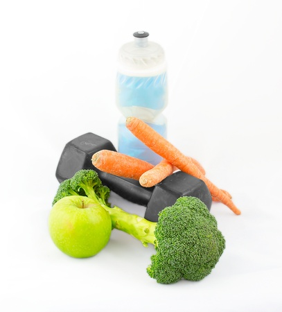 Dumbells made of broccoli with water bottle, carrots and green apple Standard-Bild
