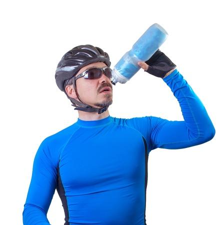 大人の自転車は水のボトルから飲みます。