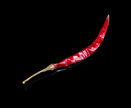 arbol: Dried peppe chile Arbol aislado en fondo negro con la reflexi�n.