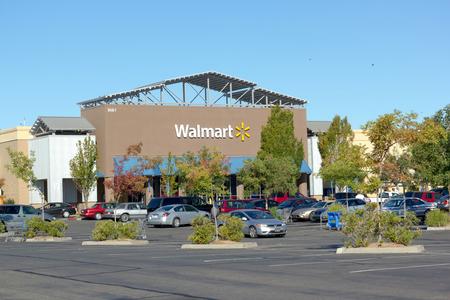 walmart: SACRAMENTO, EE.UU. - 23 de septiembre: tienda de Walmart el 23 de septiembre de 2013, de Sacramento, California. Walmart es una empresa minorista multinacional estadounidense que dirige las cadenas de grandes almacenes de descuento