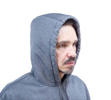 Hoofd schot van de volwassen blanke man in sweatshirt met een kap op een witte achtergrond.