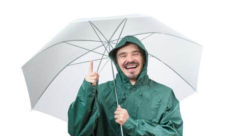 uomo sotto la pioggia: Caucasica uomo in tuta antipioggia incappucciato svolgimento ambrella isolato su sfondo bianco.