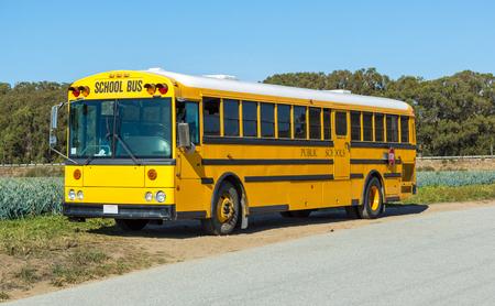 transporte escolar: Autobús escolar amarillo estacionado en la carretera. Foto de archivo