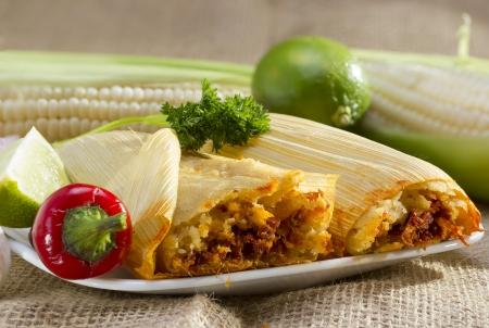 メキシコ タマレ プレートにてトウモロコシの殻に包まれました。