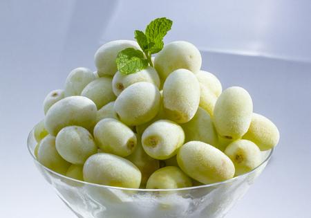 ペパーミントとマティーニのグラスに冷凍緑のブドウ。 写真素材 - 24287852