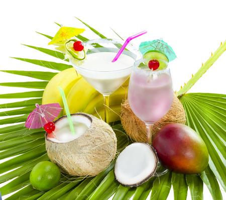 ヤシの葉でココナッツ ミルクとトロピカル カクテルを楽しめます。 写真素材