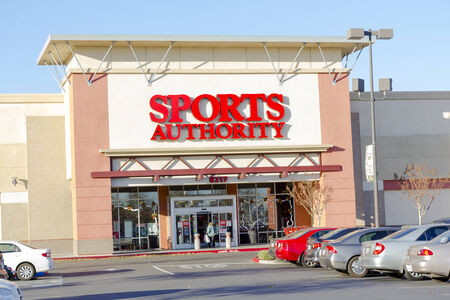 sporting goods: SACRAMENTO, EE.UU. - 21 de diciembre: entrada Autoridad de Deportes el 21 de diciembre de 2013, de Sacramento, California. Sports Authority es uno de los mayores minoristas de art�culos deportivos en los EE.UU..