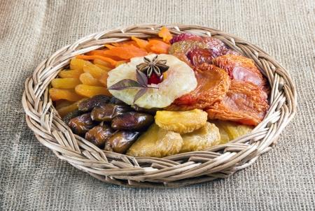 茶色の黄麻布の編みかごにドライ フルーツのコレクションです。