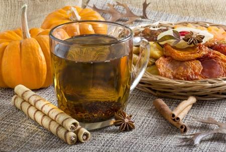 ロール ウエハースとドライ フルーツと紅茶のグラス。 写真素材 - 24682785