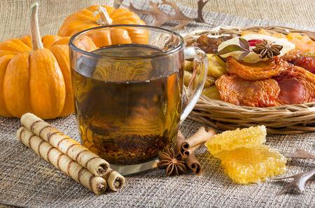ロール ウエハースとドライ フルーツと紅茶のグラス。 写真素材 - 24682793