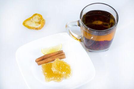 ハニカムとスパイスをガラスのコップに紅茶です。 写真素材