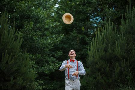 chapeau de paille: L'homme en jetant son chapeau de paille