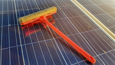 Cleansing Tool On Solar Panel Banque d'images