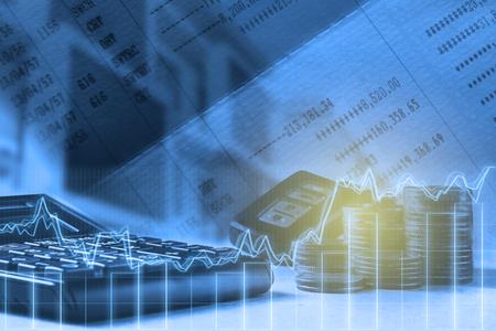 Double exposition de la calculatrice, du compte-comptable, de la barre, de la maison et de la clé de voiture à distance sur le concept financier et bancaire
