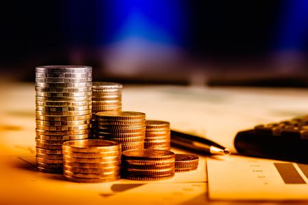 Riga delle monete, del periferico dell'automobile e della penna sul libro contabile nel concetto di finanza e di bancario dell'automobile Archivio Fotografico - 77250804
