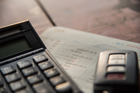 Cerca de la calculadora, coche remoto y libro de cuenta en concepto de finanzas y banca Foto de archivo - 77251634