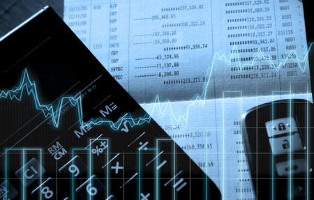 Dubbele belichting van calculator, rekeningschema, bar en autosleutel op afstand op financiën en bankwezenconcept