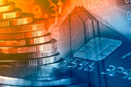 コイン、グラフ、市、金融、ビジネス、銀行コンセプト クレジット カードの行の二重露光