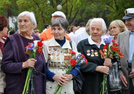 Donne - World War II veterani con i fiori in mano celebrare la Giornata della Vittoria, il 9 maggio 2010 a Sochi, in Russia Editoriali