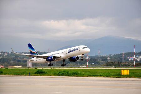 Sochi, Russia-august16 Boeing-757-200 di Yakutia Airlines in salita il 16 agosto 2012 a Sochi, in Russia nel 2012 Yakutia vola verso 11 destinazioni all'interno del programma dei residenti di trasporto sovvenzionati della zona artica di Yakutia Editoriali