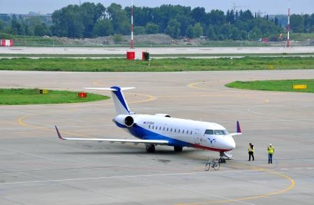 Aereo di Ak Bars-avia sulla piattaforma del Sochi aeroporto internazionale il 16 agosto 2012 a Sochi, Russia Societ� � stata fondata nel 1953 ed � oggi una compagnia aerea regionale a livello federale in Russia Editoriali