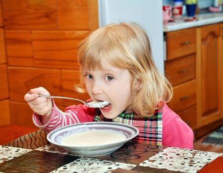 tre anni vecchia ragazza mangiare