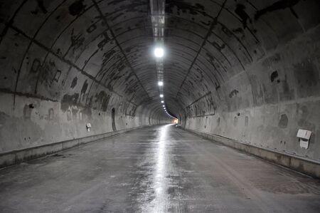 Tunnel di cemento all'interno di costruzione