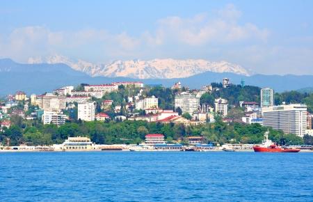 Sochi paesaggio di mare, citt� e montagne innevate Archivio Fotografico