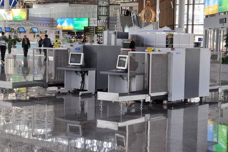 Controllo dei bagagli in aeroporto internazionale di Sochi, che prende il 8 � posto in Russia su un whith traffico passeggeri superiore a 2 milioni di passeggeri l'anno Editoriali