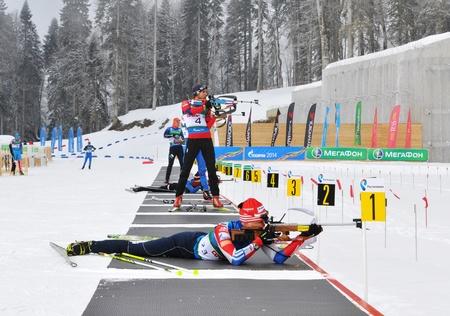 Sochi, in Russia - 10 febbraio: Coppa di Russia sul biathlon a Sochi il 10 febbraio 2012. Lo ski-biathlon complesso Laura combinata per i Giochi 2014. Formazione prima gara di uomo di azione penale. Su una linea di fuoco Aleksander Kuzmin, Dmitry Jaroshenko e altro