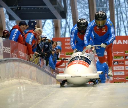 """SOCHI, RUSSIA - 16 febbraio: FIBT Viessmann Bob @ Skeleton Coppa del Mondo il 16 febbraio 2013 a Sochi, in Russia. Centro Luge """"Sanki"""". Team Russia in pista."""