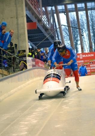 """luge: Sochi, RUSSIA - 16 febbraio: FIBT Viessmann Bob @ Skeleton Coppa del Mondo il 16 febbraio 2013 a Sochi, in Russia. Centro Luge """"Sanki"""". Team Russia in pista."""
