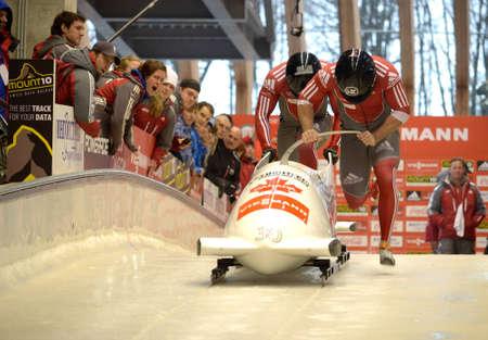 """Sochi, RUSSIA - 16 febbraio: FIBT Viessmann Bob @ Skeleton Coppa del Mondo il 16 febbraio 2013 a Sochi, in Russia. Centro Luge """"Sanki"""". Team Russia in pista"""