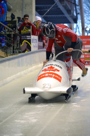 """Sochi, RUSSIA - 16 febbraio: FIBT Viessmann Bob @ Skeleton Coppa del Mondo il 16 febbraio 2013 a Sochi, in Russia. Centro Luge """"Sanki"""". Team Canada in pista."""