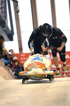 """luge: Sochi, RUSSIA - 16 febbraio: FIBT Viessmann Bob @ Skeleton Coppa del Mondo il 16 febbraio 2013 a Sochi, in Russia. Centro Luge """"Sanki"""". Team USA in pista. Editoriali"""