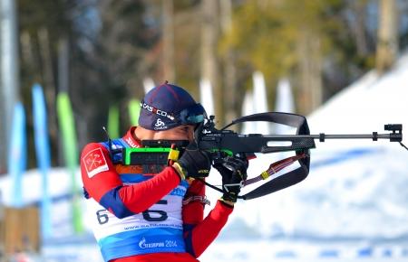 Sochi, in Russia - 9 febbraio Anatoly Oskin compete in IBU Cup regionale a Sochi il 9 febbraio 2013 Le combinate sci biathlon complessi Laura Men Editoriali