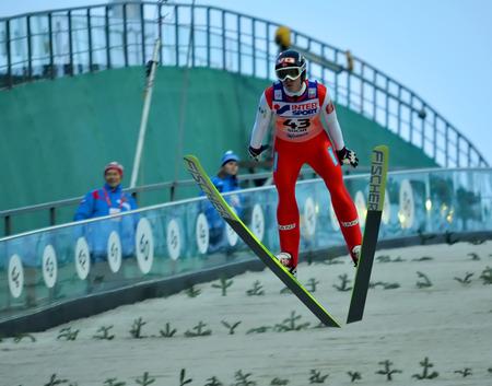 """SOCHI, RUSSIA - 9 DICEMBRE 2012: FIS Ski Jumping World Cup a Sochi il complesso Tramplin """"Russki Gorki"""". Atleta non identificato in volo. Editoriali"""