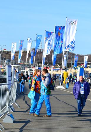 SOCHI, RUSSIA - 7 febbraio 2014: Tifosi e volontari presso l'ingresso al Parco Olimpico a poche ore prima della cerimonia dei Giochi Olimpici 2014 di apertura Editoriali