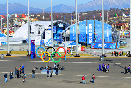 SOCHI, RUSSIA - 7 febbraio 2014 Popoli in Medals Plaza nel parco olimpico poche ore prima della cerimonia dei Giochi Olimpici 2014 di apertura