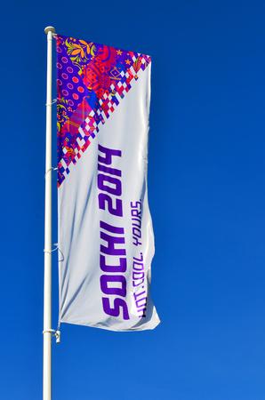 SOCHI, RUSSIA - 7 febbraio 2014 bandiera olimpica con il simbolo di Sochi 2014 Olympic Park