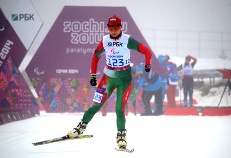 Sochi, Russia - 11 MARZO 2014: Larysa Varona (Bielorussia) inizia Giochi Paralimpici Invernali di Sochi. Biathlon, donne 10 km, in piedi Editoriali